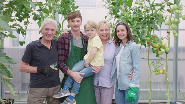 famiglia multi-generazione in una casa verde - relazione umana video stock e b–roll