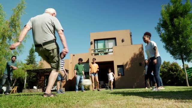 サッカーをする多世代家族 - 親族会点の映像素材/bロール