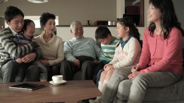 多世代家族でリラックスしたリビングルームのソファ - 家族 日本人点の映像素材/bロール