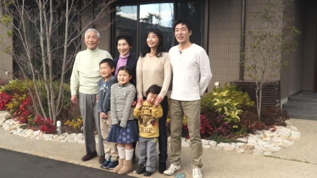 多世代家族に立っているの前私の家 - 母娘 笑顔 日本人点の映像素材/bロール