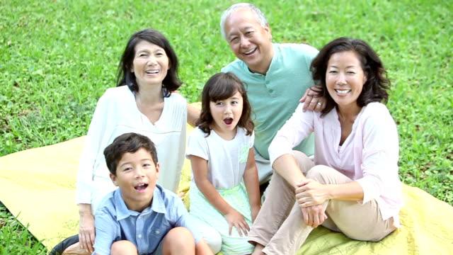 屋外で多世代の日本の家族です。 - 母娘 笑顔 日本人点の映像素材/bロール