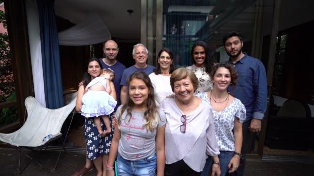 家庭の肖像画で、多世代ラテン家族 - 親族会点の映像素材/bロール