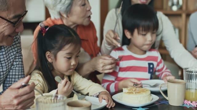 Multi-Generations chinesischen Familie Geburtstagskuchen Essen – Video