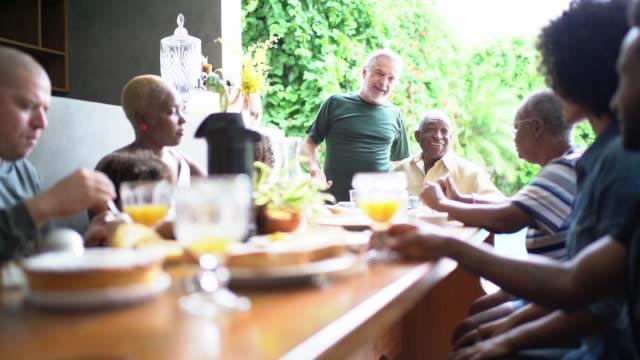 stockvideo's en b-roll-footage met familie met ontbijt samen - buren