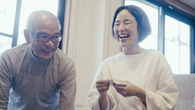 vidéos et rushes de famille multigénérationnelle jouant au jeu de carte de karuta la veille du nouvel an - seulement des japonais