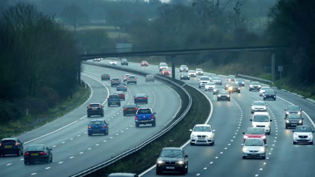 vídeos y material grabado en eventos de stock de carretera de varios carriles con muchos coches en el día nublado - autopista
