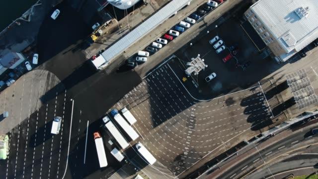 flerfiliga vägar och kryssningsfartyg i helsingfors hamn flygvy - drone helsinki bildbanksvideor och videomaterial från bakom kulisserna
