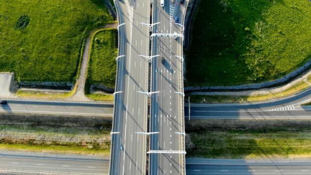 multi-level transport interchange with morning traffic - vídeo