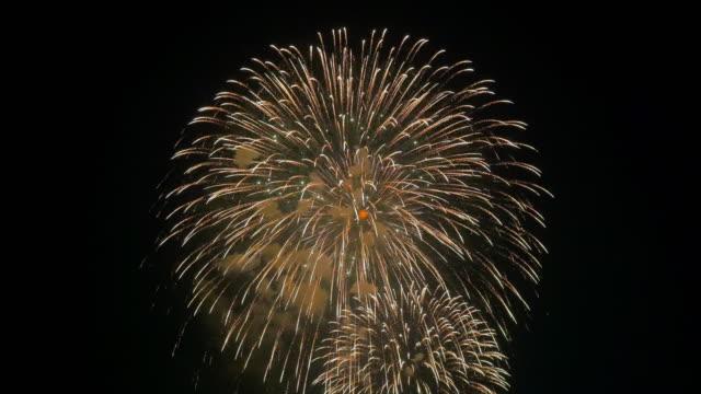 複数の大型花火が空で爆発します。効果音アリ。 - 花火点の映像素材/bロール