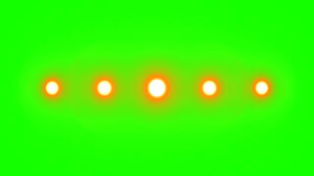 mehrere glühbirnen in horizontaler position wie lichter bühne auf chroma-taste green screen - elektrische lampe stock-videos und b-roll-filmmaterial