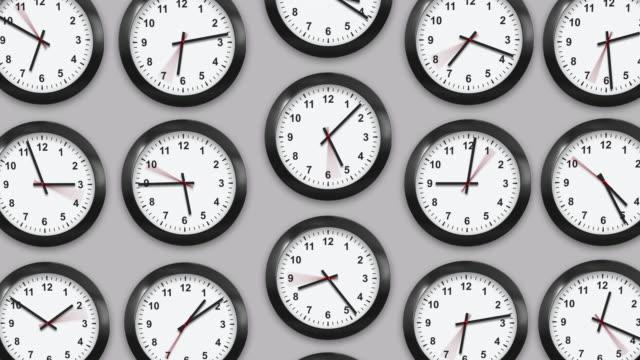흰색 배경의 여러 벽 시계입니다. - clock 스톡 비디오 및 b-롤 화면