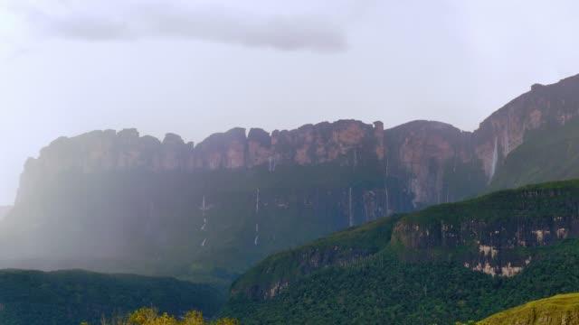 cascate multiple dal tepui auyan dopo il temporale. la gran sabana - riserva naturale parco nazionale video stock e b–roll
