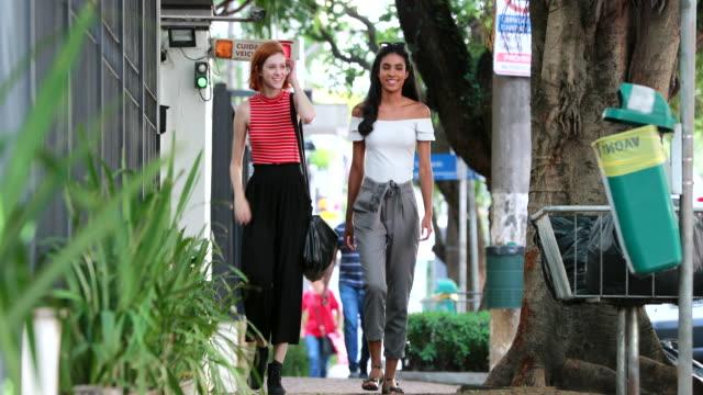 multiracial vänner går tillsammans i urbana staden trottoaren - gå tillsammans bildbanksvideor och videomaterial från bakom kulisserna