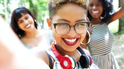 vidéos et rushes de groupe multi-ethnique d'amis prenant des autophotos  - hipster personne