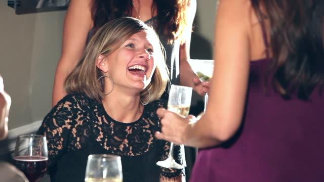 Mujeres multirraciales en el restaurante hablando con amigos - vídeo