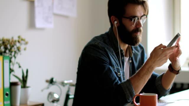multitasking geschäftsmann - junger mann stock-videos und b-roll-filmmaterial