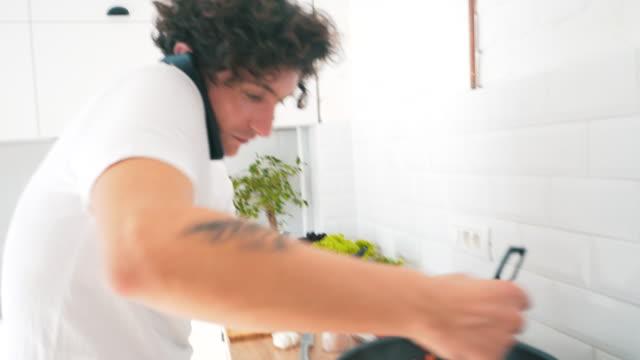 Multitasking in der Küche. – Video