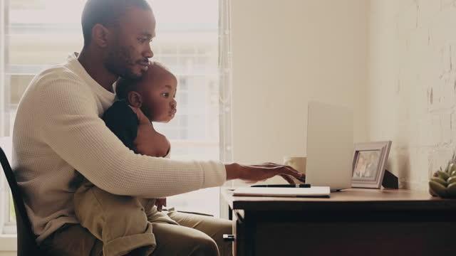 il multitasking è un'abilità che un padre deve imparare - padre single video stock e b–roll