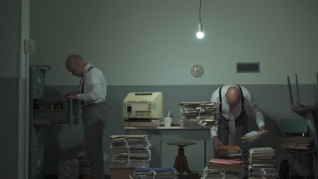 multitasking office worker söker efter filer på sitt kontor - accounting bildbanksvideor och videomaterial från bakom kulisserna