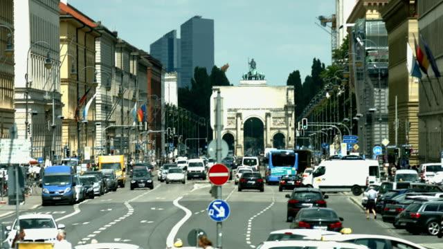 T/L München Ludwig Street und dem Triumphbogen (4 k UHD zu/HD – Video