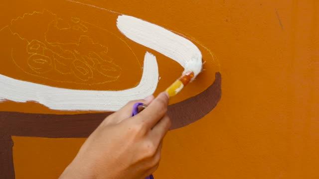 mural konstnär på jobbet, konstnär målning vägg - väggmålning bildbanksvideor och videomaterial från bakom kulisserna