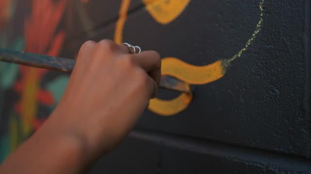 wandbild künstler bei der arbeit - künstlerischer beruf stock-videos und b-roll-filmmaterial