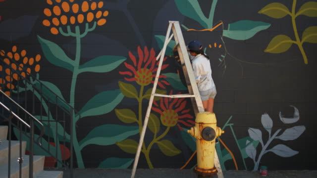 väggmålning artist på jobbet - väggmålning bildbanksvideor och videomaterial från bakom kulisserna