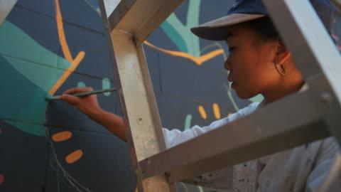 vídeos de stock e filmes b-roll de mural artist at work - arte