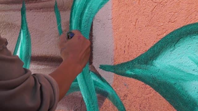 wandbild künstler maler malt blätter - wandmalerei stock-videos und b-roll-filmmaterial
