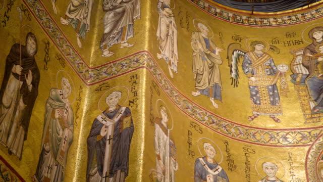 シチリア島パレルモの大聖堂の壁に壁画 - モンレアーレ点の映像素材/bロール