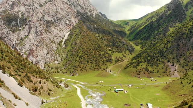吉爾吉斯斯坦奧什州阿萊伊谷村。 真正的龍射擊。 - 亞洲中部 個影片檔及 b 捲影像