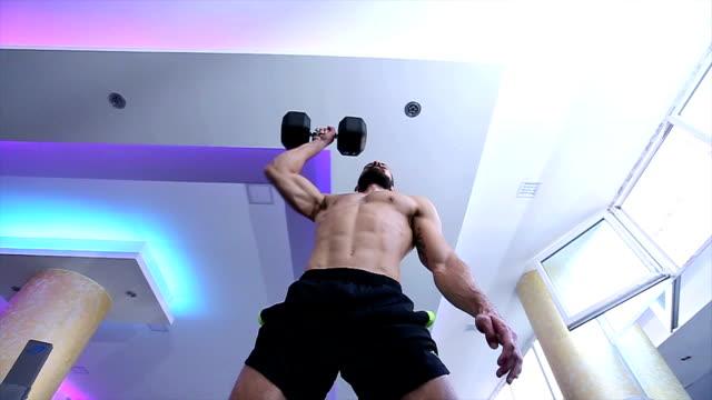 muskuläre conservative activist männer, die übungen mit hanteln im fitnessstudio - hantel stock-videos und b-roll-filmmaterial
