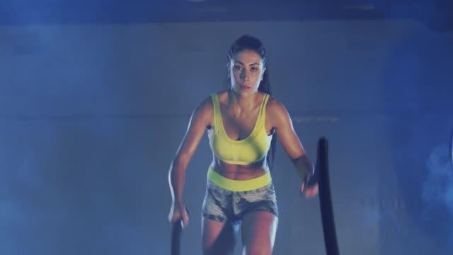 kas esmer kadın practicinng savaş ipi eğitimi. - full hd format stok videoları ve detay görüntü çekimi