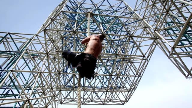 Muskel Mann klettert am Seil – Video