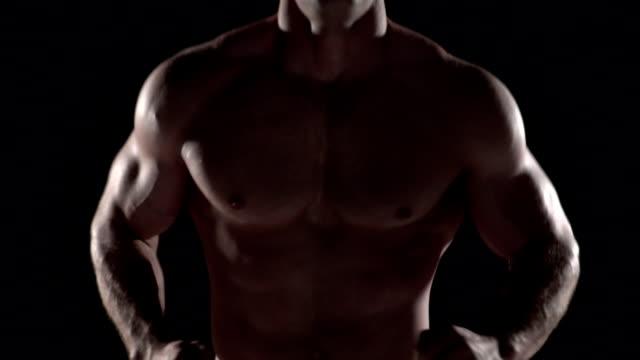 근육질의 남자 실행 다가갔다 카메라, 토르소 슛 센터 - 보디 빌딩 스톡 비디오 및 b-롤 화면