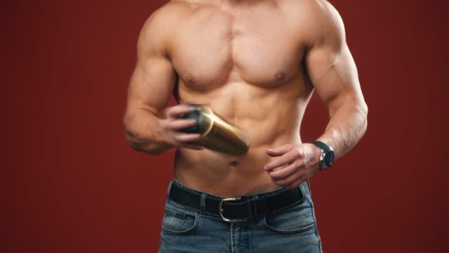 Bидео Muscular man with shaker