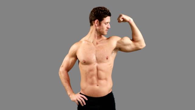 vidéos et rushes de musculaire homme posant avec les pouces en l'air - body building