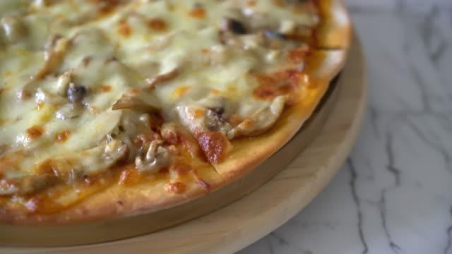 svamp pizza med miso sauce - misosås bildbanksvideor och videomaterial från bakom kulisserna