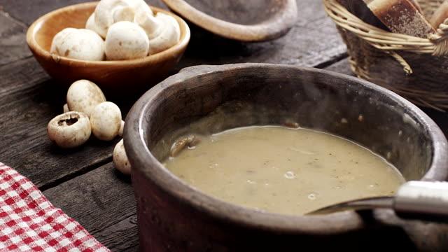 vídeos y material grabado en eventos de stock de sopa de champiñones - estilo de vida rural