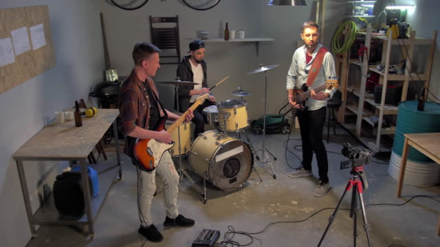 차고에서 반복하는 음악 밴드 - 연습하기 스톡 비디오 및 b-롤 화면