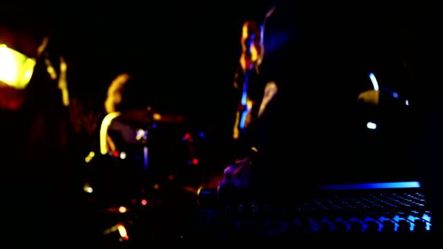 musik bandet som uppträder på scenen 4k - akustisk gitarr bildbanksvideor och videomaterial från bakom kulisserna