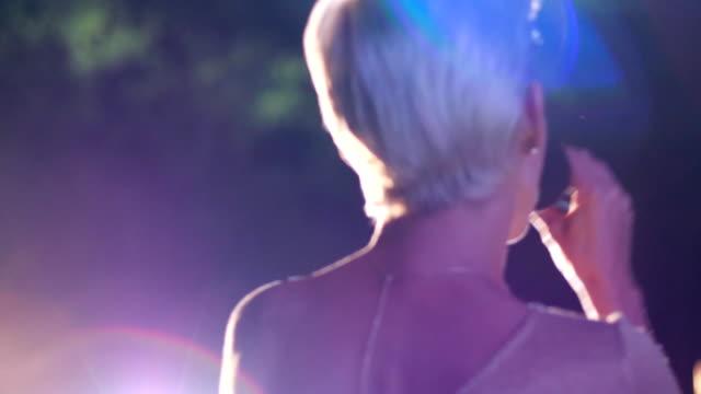 concert de musique, belle jeune chanteuse sur scène avec microphone interprète la chanson dans l'éclairage - Vidéo