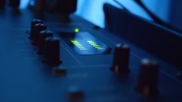 vídeos y material grabado en eventos de stock de botones de control de música equipo mezclador de música de estudio en la sala de estudio. - disco audio analógico