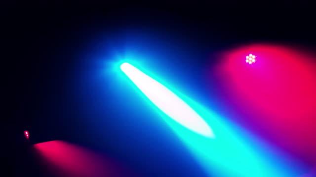 vídeos de stock, filmes e b-roll de música dança luz de discoteca à noite no clube dj - dance music