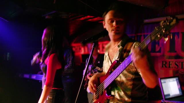 音楽グループのクラブ ビデオ