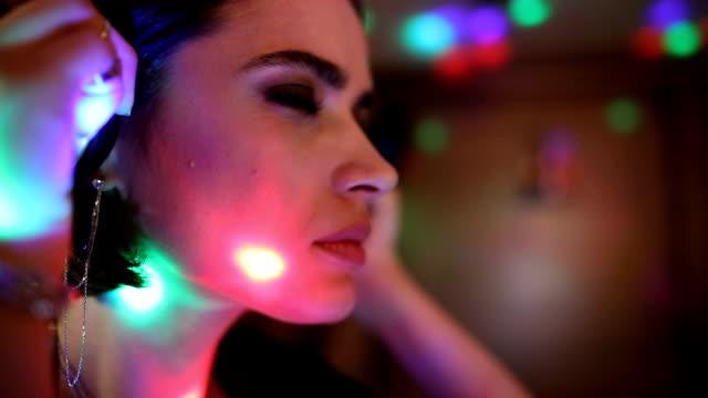 vídeos de stock, filmes e b-roll de a música é a minha paixão. dj fêmea que joga a música em um clube nocturno - dj
