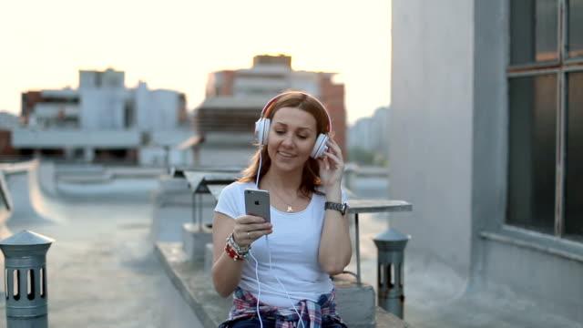 音楽は私の世界 - 屋根点の映像素材/bロール