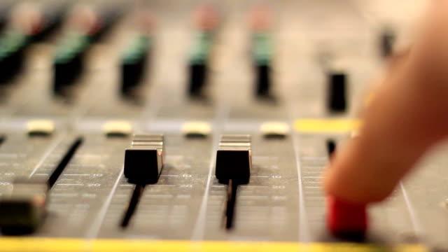 vidéos et rushes de bureau table de mixage de musique en boucle de studio d'enregistrement - batteur électrique
