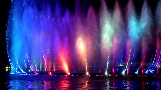 musical fountain with colorful illuminations at night - fontana struttura costruita dall'uomo video stock e b–roll
