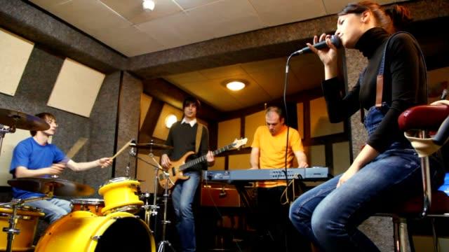 ミュージカル 4 名様までのグループでの「studio 」 - ミュージシャン点の映像素材/bロール